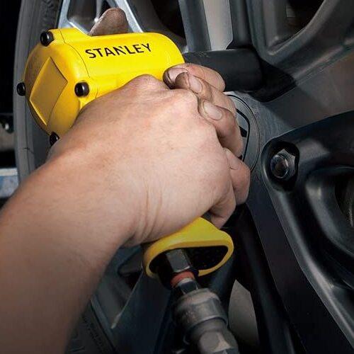 Parafusadeira de impacto apertando a roda de um carro